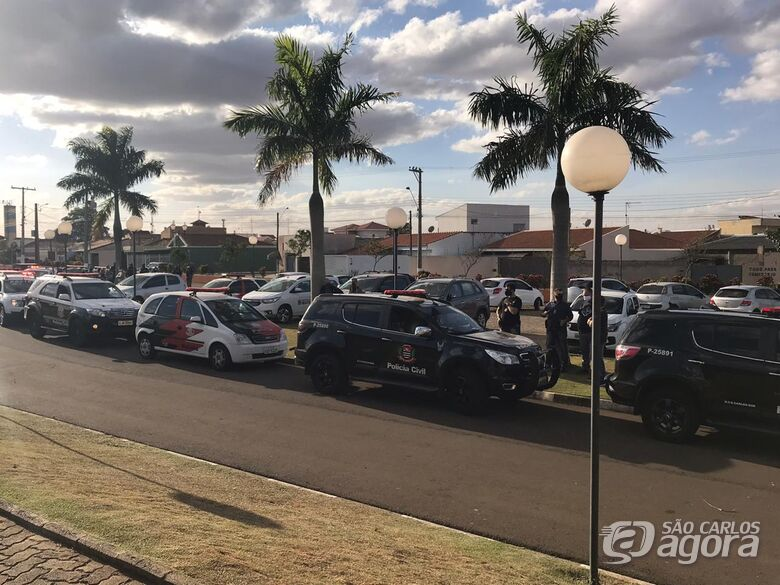 Viaturas da Polícia Civil, PM e guarda municipal  na frente do velório municipal de Ibaté - Crédito: Augusto Neto/Maycon Maximino