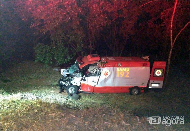 Ambulância bateu de frente com caminhão - Crédito: Grupo Rio Claro