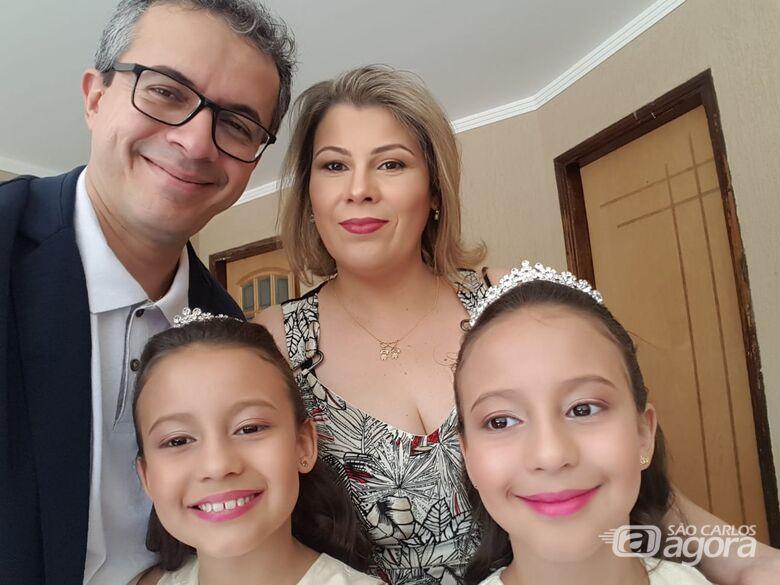 Papais e filhas gêmeas: unidos para o Dia dos Namorados e cuidados em época de pandemia - Crédito: Divulgação