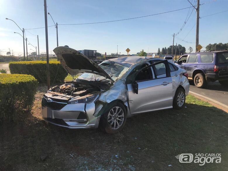Após colisão, carro capota na Miguel Petroni - Crédito: Marcio David