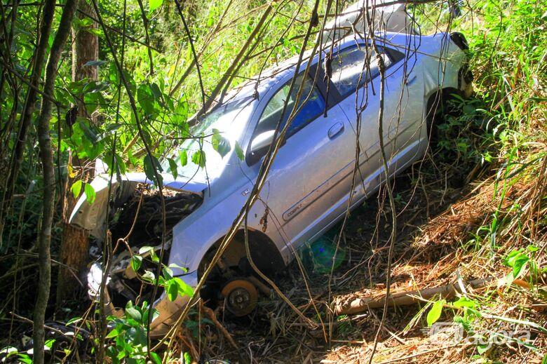 Carro danificado por colisão é encontrado abandonado na estrada do Broa - Crédito: Marco Lúcio