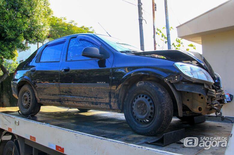 Carro furtado é encontrado com a frente destruída em assentamento - Crédito: Marco Lúcio