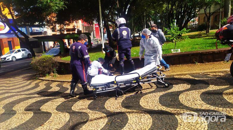Idosa é atropelada no centro de São Carlos - Crédito: Maycon Maximino