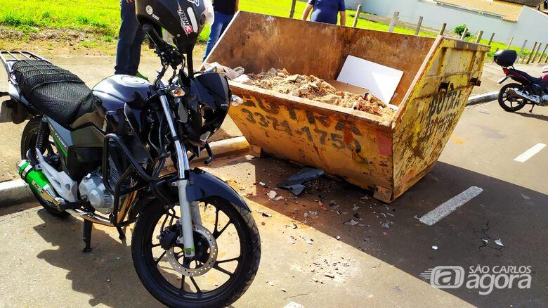 Motoboy vai parar dentro de caçamba no Jardim Bandeirantes - Crédito: Maycon Maximino