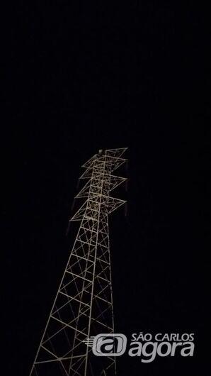 Energia é reativada após mulher descer de torre em Descalvado -
