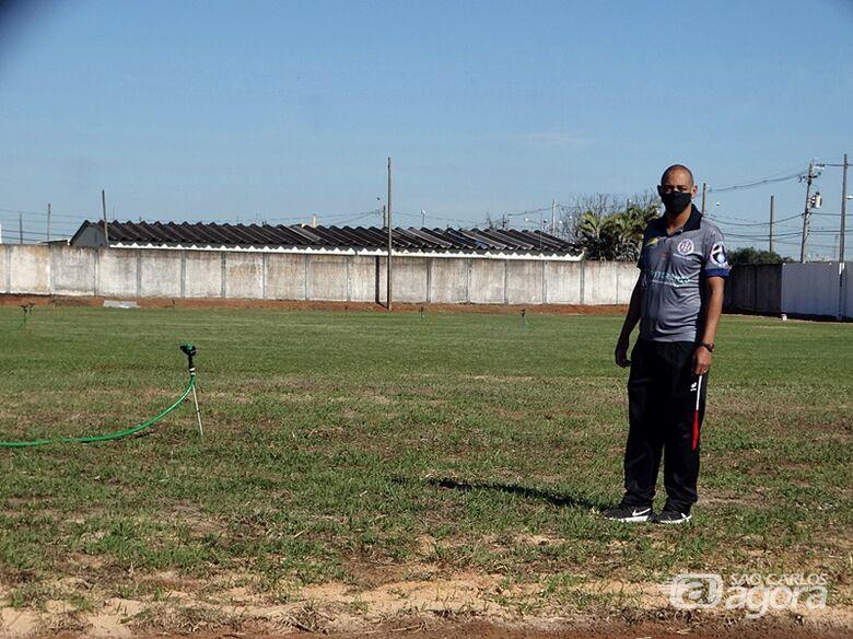 Marcus Vinícius e o novo campo do CT que passa por ampla revitalização: atletas ficaram confinados após reapresentação - Crédito: Marcos Escrivani