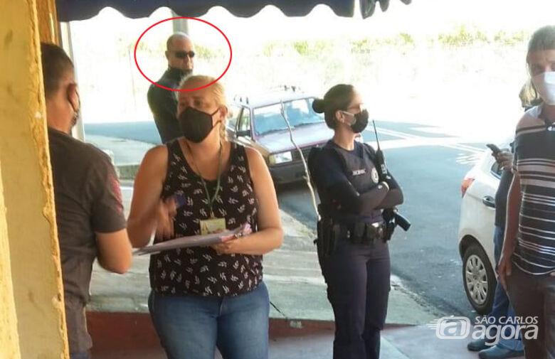 Guarda Municipal é flagrado usando máscara indevidamente durante fiscalização em bar no Jockey Club - Crédito: Reprodução