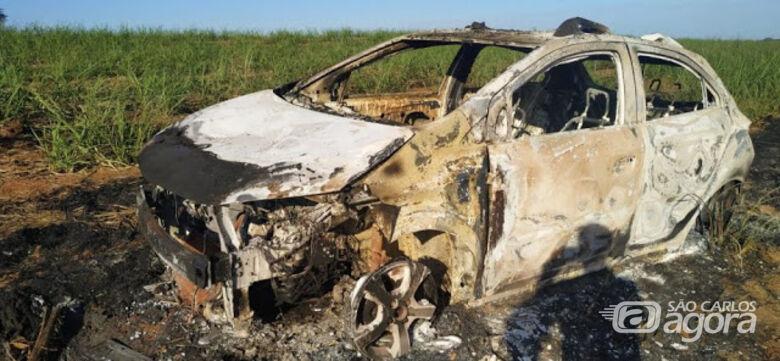 Carro usado em roubo a shopping é encontrado queimado em Araraquara - Crédito: Araraquara 24 Horas