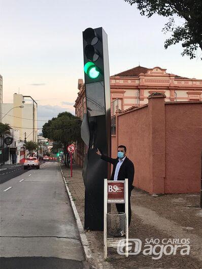 Vereador rodson pede o reparo no totem de semáforo na esquina rua 7 de Setembro com Dona Alexandrina - Crédito: Divulgação