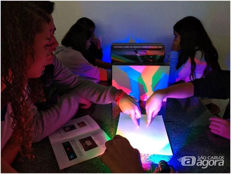 Uso do Kit Educativo de Ciências sendo usado em aula por alunos de escola pública - Crédito: Divulgação