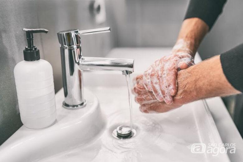 Enquanto a vacina não chega, as pessoas precisam higienizar sempre as mãos, usar máscaras e evitar aglomerações - Crédito: Divulgação