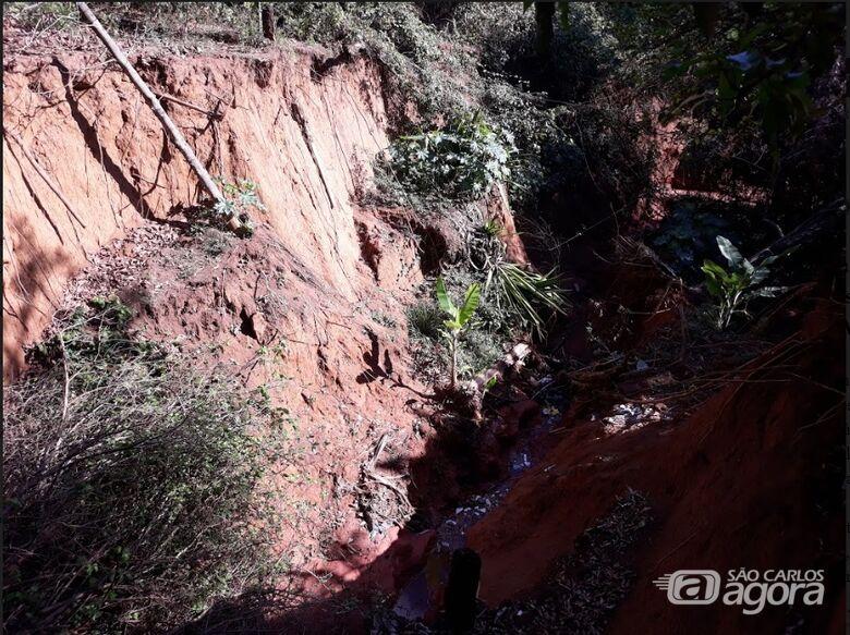 Vereador Sérgio Rocha pede que Prefeitura providencie os reparos em cratera aberta no Jardim Munique - Crédito: Divulgação