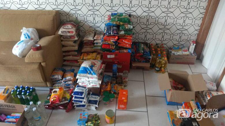 Amigos se unem, formam grupo solidário e levam alimento e carinho para famílias carentes - Crédito: Marcos Escrivani