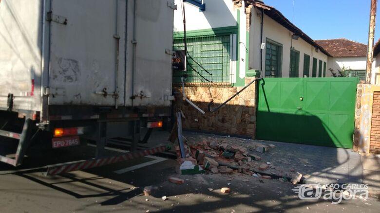 Caminhão-baú esbarra em fiação elétrica e deixa casas sem energia - Crédito: Divulgação