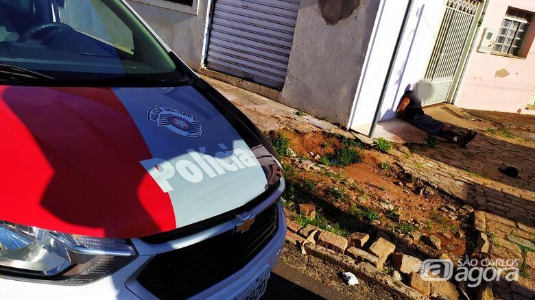Trabalhadores imobilizam homem em atitude suspeita dentro de uma casa na Vila Prado - Crédito: Maycon Maximino