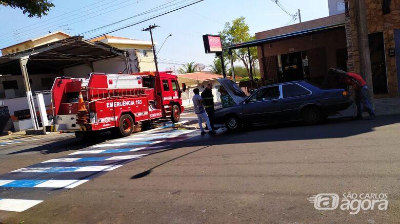 Princípio de incêndio destrói motor de carro - Crédito: Maycon Maximino