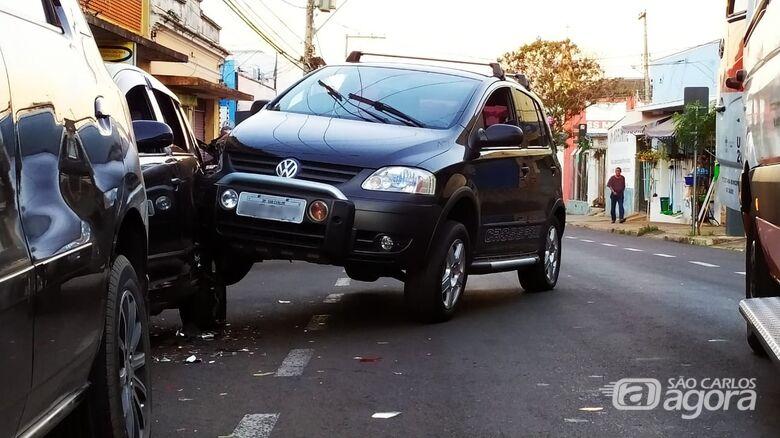 Motorista perdeu o controle e atingiu carro estacionado - Crédito: Maycon Maximino