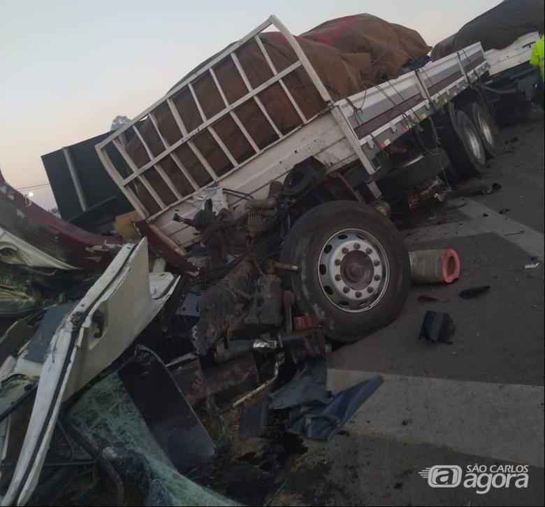 Cabine do caminhão ficou destruída - Crédito: Grupo Rio Claro