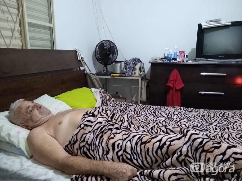 Com fortes dores na coluna, há dois meses aposentado está acamado: necessita de cirurgia, mas familiares dizem que Santa Casa não libera anestesia - Crédito: Divulgação