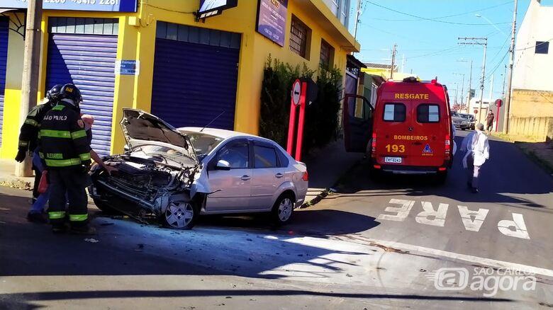 Após colisão contra caminhão, princípio de incêndio atinge veículo - Crédito: Maycon Maximino