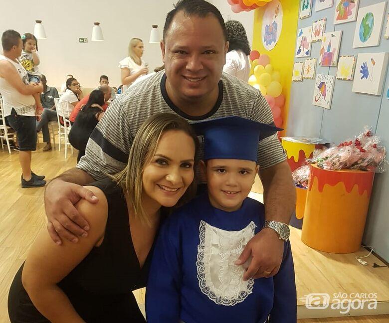 Um pai muito especial que cuida do filho e adota sobrinhos - Crédito: Divulgação