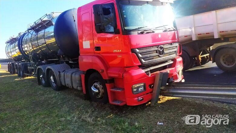 Motorista tem mal súbito e colide carreta em guardrail - Crédito: Maycon Maximino