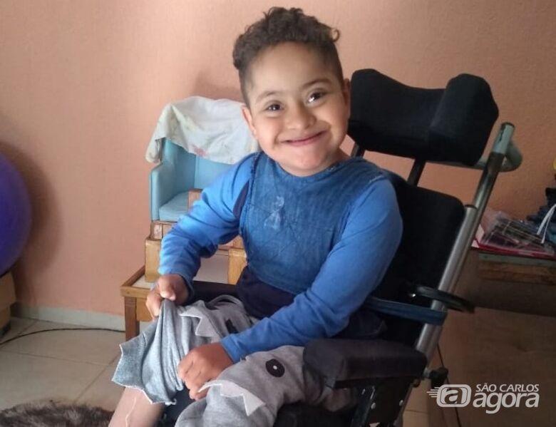 Criança são-carlense necessita de cadeira de rodas adaptada e família pede ajuda - Crédito: Divulgação