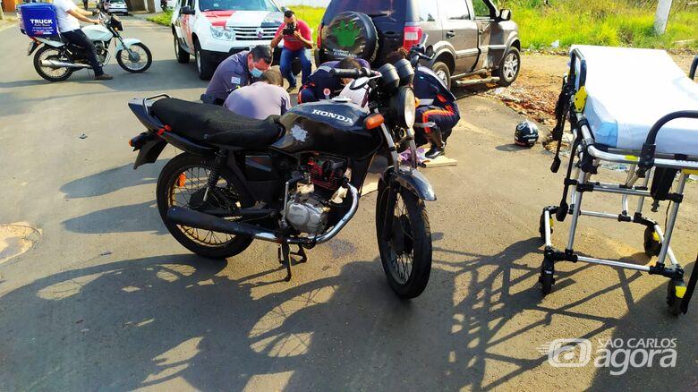 Motorista avança o PARE e causa acidente com moto na Vila Isabel - Crédito: Maycon Maximino/São Carlos Agora