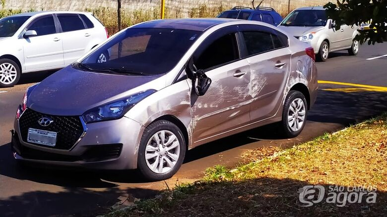 Carro tomba após colisão na Bruno Ruggiero - Crédito: Maycon Maximino