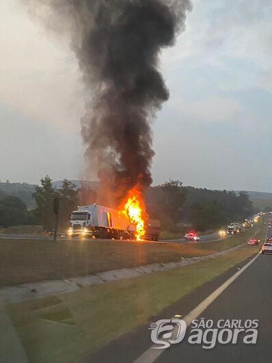 Caminhões pegam fogo após colisão na Washington Luis - Crédito: Colaborador/SCA