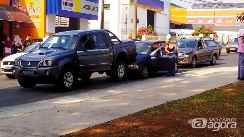 Engavetamento envolve três veículos na Getúlio Vargas - Crédito: Maycon Maximino/São Carlos Agora