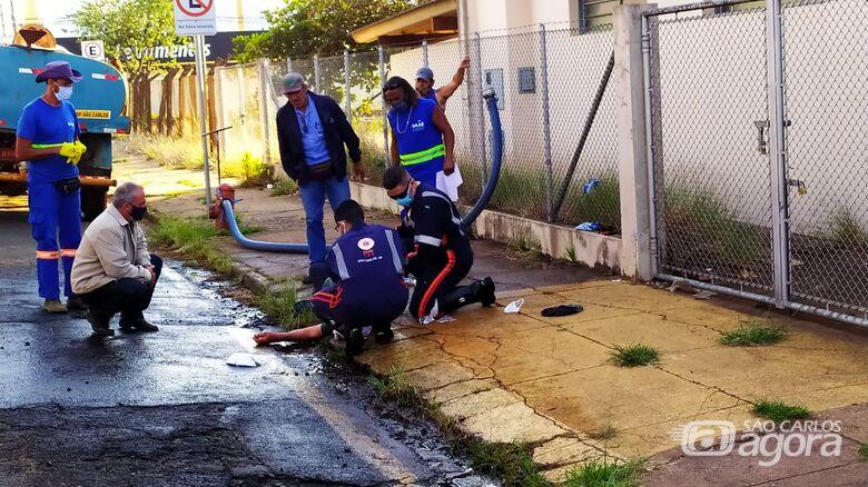 Idoso fica ferido após cair de caminhão-pipa no Jardim São Paulo - Crédito: Maycon Maximino