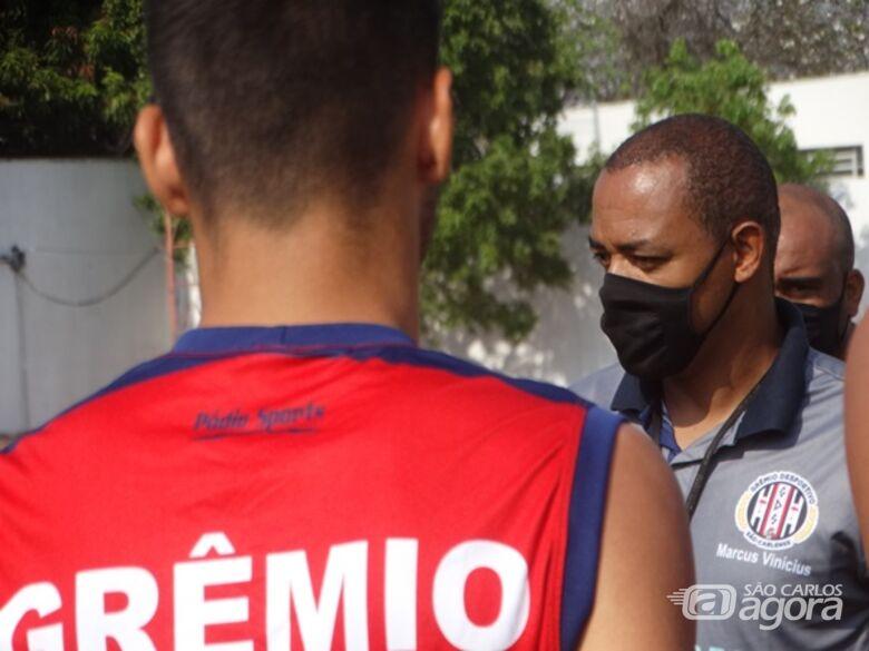 Na 'resenha', antes do treino, Marcus Vinícius passa algumas informações: time treina forte para a estreia na Bezinha - Crédito: Marcos Escrivani