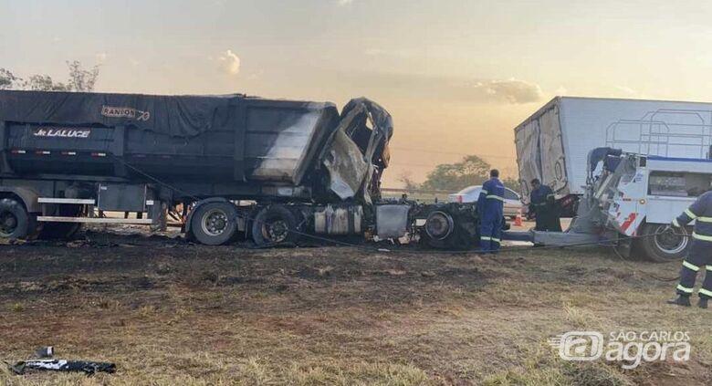 Caminhões colidem na rodovia Washington Luís e motorista sofre ferimentos graves - Crédito: Grupo Rio Claro