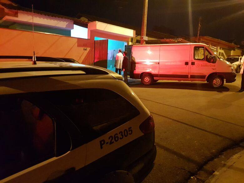 Carro funerário e policiais na frente da casa onde aconteceu o feminicídio - Crédito: Colaborador/SCA