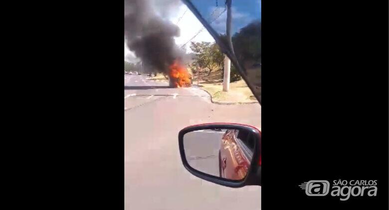 Kombi da Prefeitura pega fogo na rotatória do Cristo -