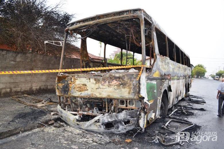 Quatro ônibus são incendiados após morte de adolescente em confronto com a PM - Crédito: Matão Urgente
