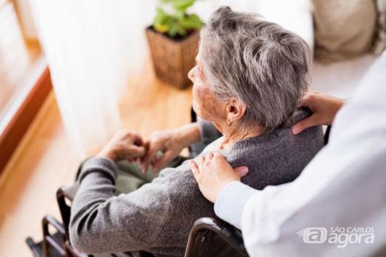 Neurologista do Grupo São Francisco afirma que o acompanhamento de pessoas próximas é essencial para o paciente com Alzheimer -