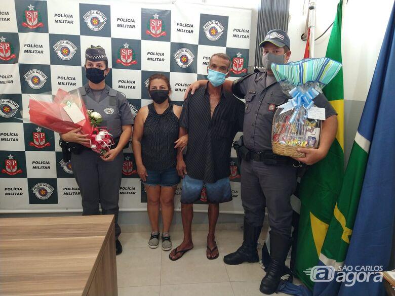 PM ajuda a encontrar homem desaparecido e familiar presta homenagem em agradecimento - Crédito: Luciano Lopes