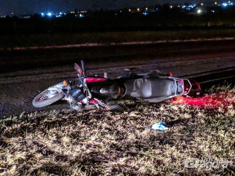 Moto bate em traseira de picape na Washington Luiz - Crédito: Maycon Maximino