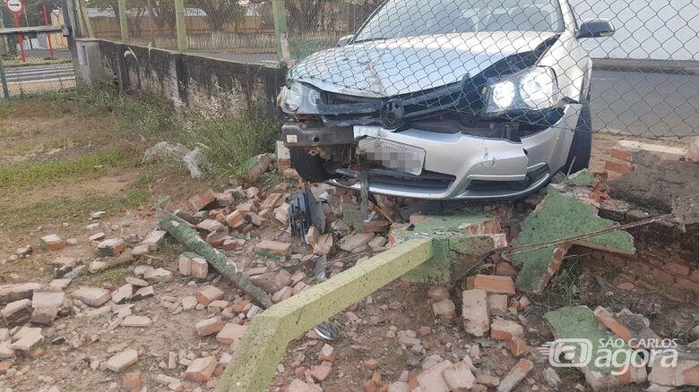 Homem briga com a mulher, bate carro em muro e foge do local -