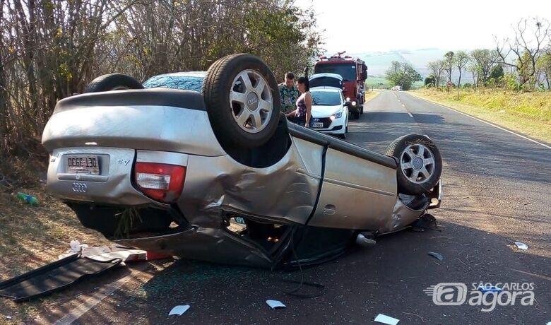 Após colisão, Audi capota na estrada do Broa - Crédito: Colaborador/SCA