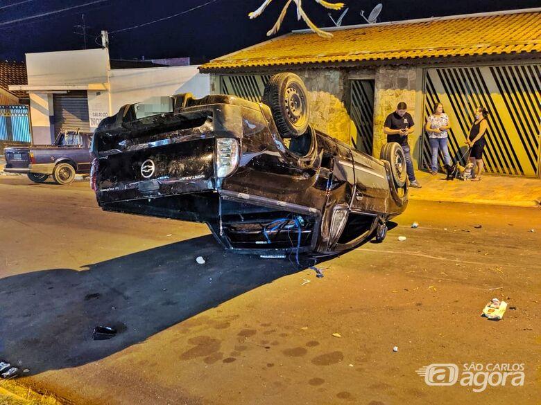 Motorista capota picape após bater em carro estacionado - Crédito: Luciano Lopes