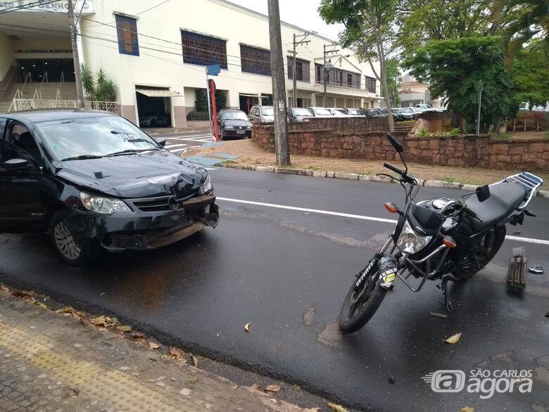 Motorista avança sinal vermelho e atinge moto no Centro - Crédito: Maicon Ernesto