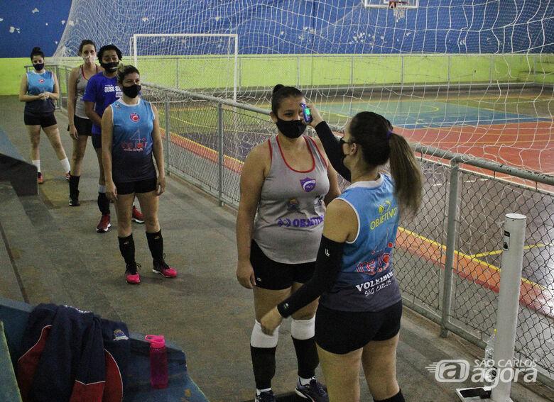 Todo cuidado é pouco: antes de cada treino, aferição da temperatura, máscaras, álcool gel... Atletas praticam o protocolo de segurança - Crédito: Luiz Cordeiro dos Santos