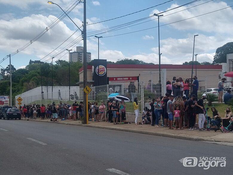 Com vassouras, clientes fazem fila por lanche de graça no Burguer King em São Carlos - Crédito: Luciano Lopes/São Carlos Agora