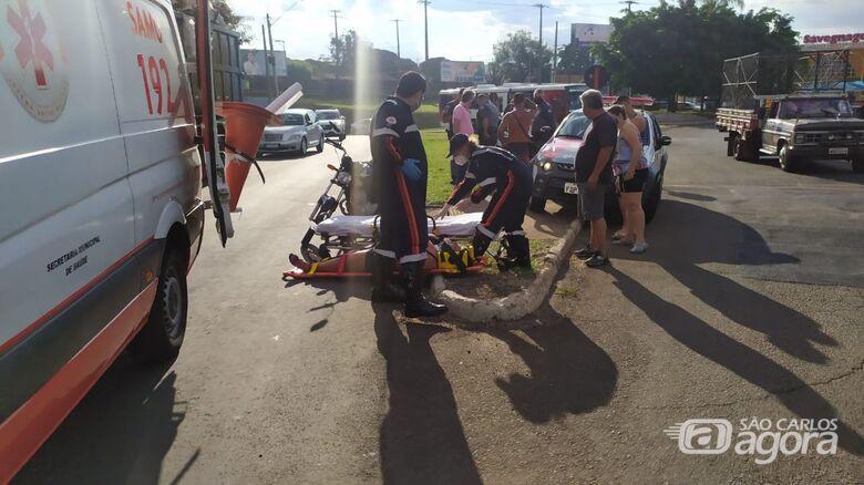 Motociclista fica ferida em acidente na Praça Itália - Crédito: Maycon Maximino
