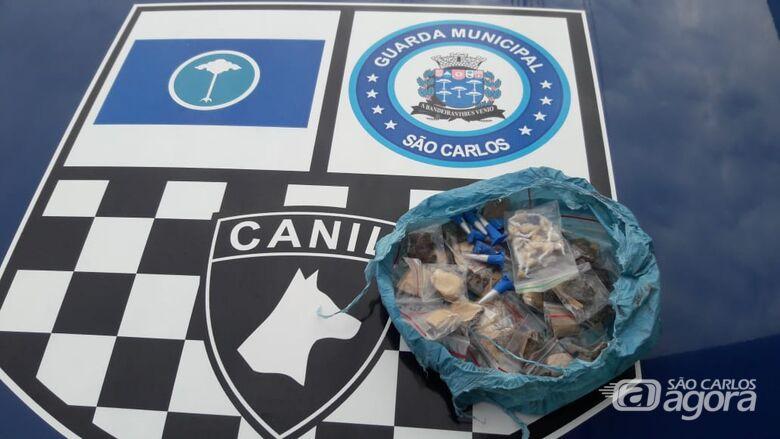 Canil da GM apreende sacola com drogas no Jockey Clube - Crédito: Divulgação/GCM