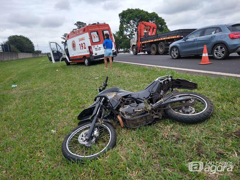 Caminhão atinge moto na Washington Luiz e deixa piloto em estado grave - Crédito: Luciano Lopes
