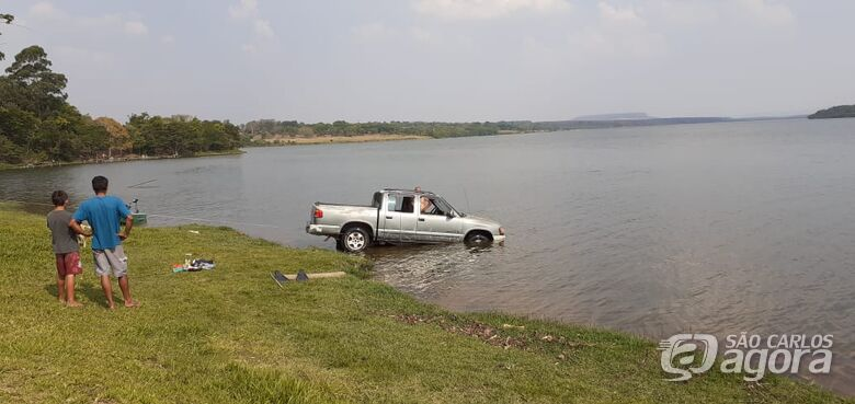 Caminhonete que caiu na represa do Broa é retirada - Crédito: Colaborador/SCA